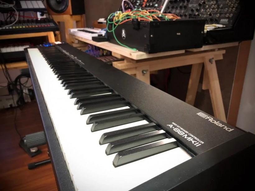 测评:Roland A-88 MK2 初衷就是让你在工作室能好好练琴的 MIDI 键盘